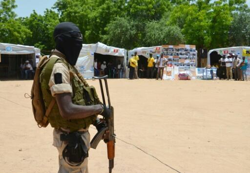 Archivo-Un soldado de Níger monta guardia frente a unos puestos informativos en un campamento para desplazados internos por el conflicto con grupos terroristas, en Diffa, Níger, el 17 de agosto de 2016.