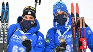Les Français Simon Desthieux (g, argent) et Emilien Jacquelin (bronze), posent avec leurs médailles après le 10 km sprint des Championnats du monde de biathlon, le 12 février 2021 à Pikljuka (Slovénie)