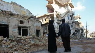À Alep-Est, un couple découvre ce qu'il reste de leur maison dans le quartier d'Haydariya.