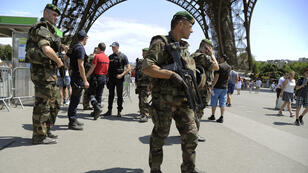 Des soldats patrouillent sous la tour Eiffel le 26 juin 2015 dans le cadre du plan Vigipirate.