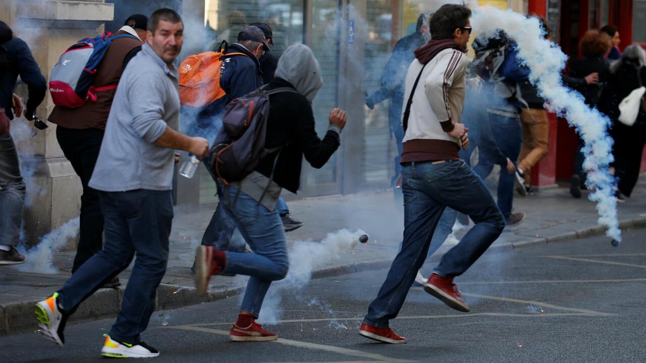 """محتجو """"السترات الصفراء"""" يهربون عقب إطلاق الشرطة الغاز المسيل للدموع في العاصمة الفرنسية، 21 سبتمبر/أيلول 2019"""