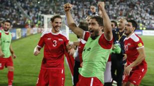الخطيب وزملاؤه يحتفلون بتعادلهم (2-2) أمام إيران في التصفيات لمونديال 2018. 5 أيلول/سبتمبر 2017