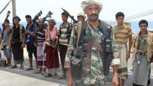 قوات المتمردين الحوثيين في وضع الاستعداد قبل الانسحاب من ميناء الصليف في الحديدة في اليمن في 11 ايار/مايو 2019.
