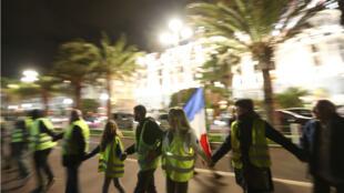 """Des """"Gilets jaunes"""" rassemblés devant l'hôtel Negresco, à Nice, le 15 novembre."""