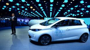 Carlos Ghosn, le PDG de Renault, devant le modèle électrique Zoe lors du Salon de l'automobile de Paris en 2016.