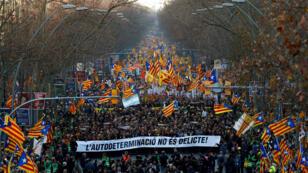 Manifestantes participan en una marcha de las organizaciones independentistas, contra el juicio de los líderes catalanes y en favor del derecho de autodeterminación en Barcelona, España, el 16 de febrero de 2019.