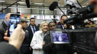 Marine Le Pen lors d'une visite au marché de Rungis, près de Paris, le 25 avril.