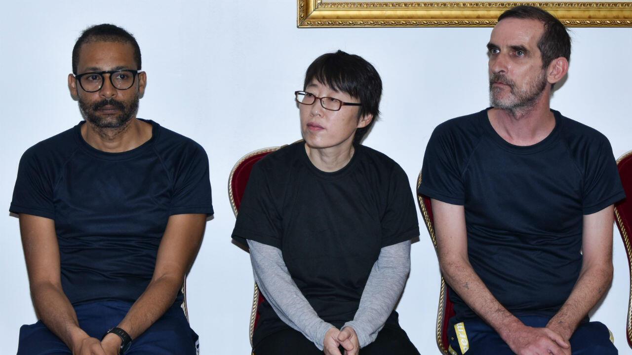 Les trois ex-otages, Laurent Lassimouillas (g) et Patrick Picque (d), arrivés au palais présidentiel de Ouagadougou