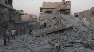 سكان يتفقدون أنقاض مبان بعد غارة جوية على معرة النعمان، محافظة إدلب، سوريا 28 أغسطس/آب 2019.