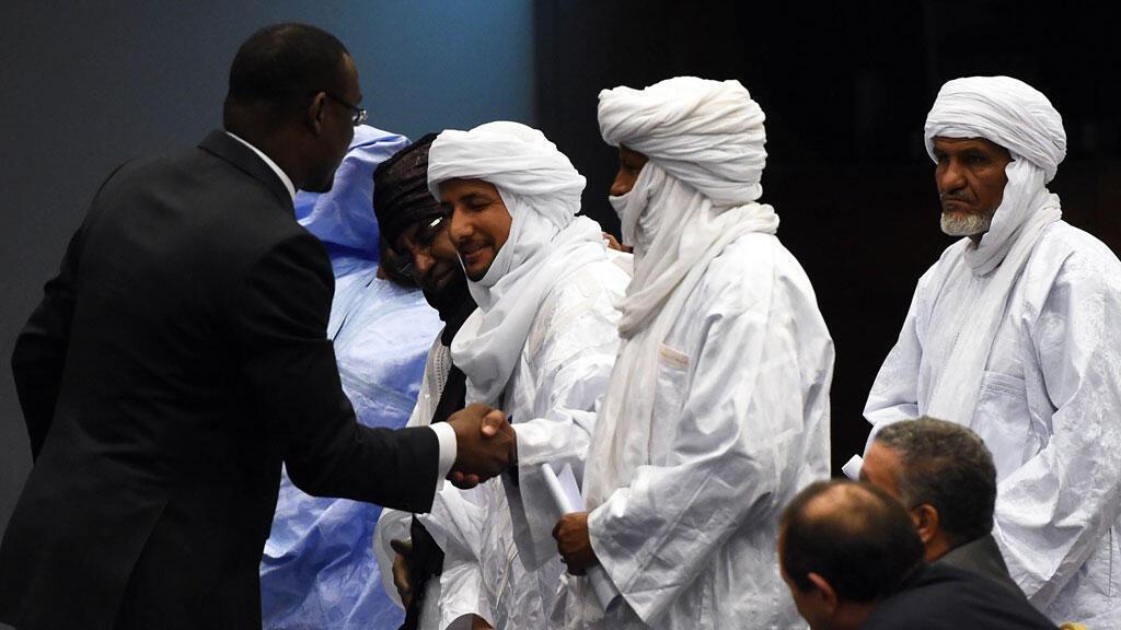 Le ministre malien des Affaires étrangères Abdoulaye Diop serre la main à des représentants des mouvements touareg lors de la rencontre d'Alger du 1er mars 2015.