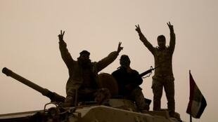 جنود عراقيون يرفعون شارات النصر في الشورة في 24 أكتوبر 2016