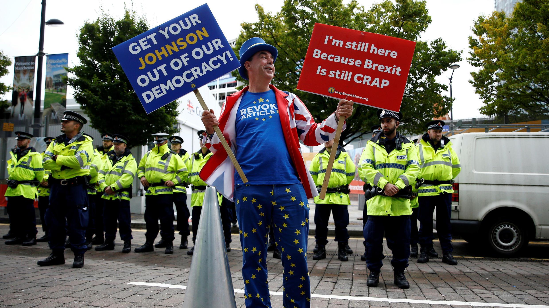 Un manifestante anti-Brexit protesta fuera del lugar donde se celebra el congreso anual del Partido Conservador en Manchester, Reino Unido, el 28 de septiembre de 2019.