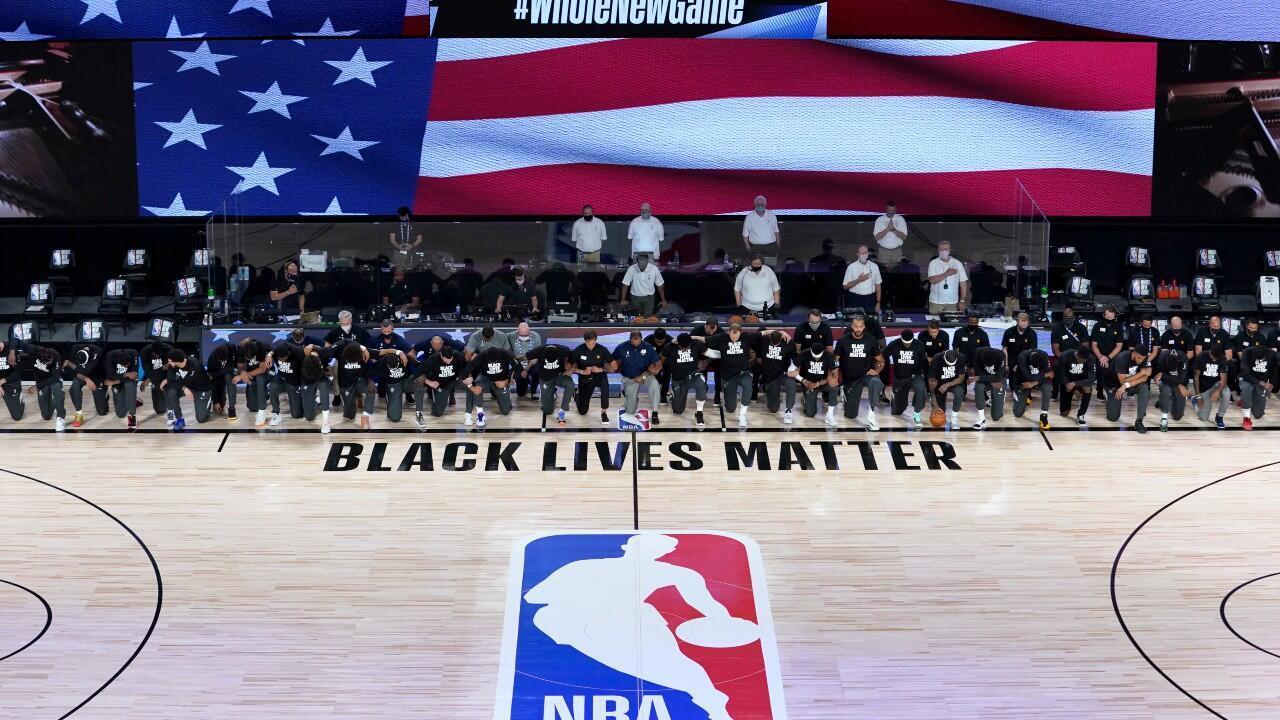 Los jugadores de baloncesto se arrodillaron durante el himno nacional en señal de protesta contra el racismo y la discriminación.