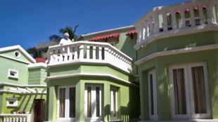 Une employée de l'hôtel Comodoro nettoie le balcon d'une chambre dans le cadre de mesures sanitaires pour lutter contre le coronavirus, le 11 février 2021 à La Havane, à Cuba