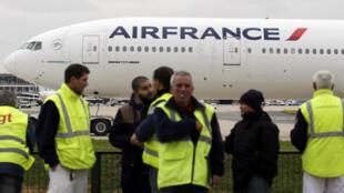 Des employés d'Air France manifestent à Roissy-Charles-De-Gaulle, le 5 octobre 2015.