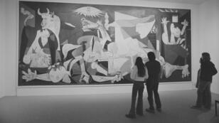 Regarder des gens regarder des œuvres exposées au MoMA : l'occasion de se replonger dans des images d'époque qui montre comment le musée a pu évoluer.