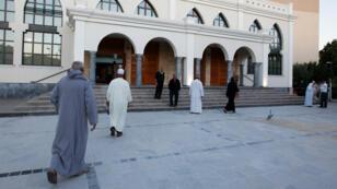 Des musulmans arrivent à la mosquée de Fréjus, le 24 septembre 2015.