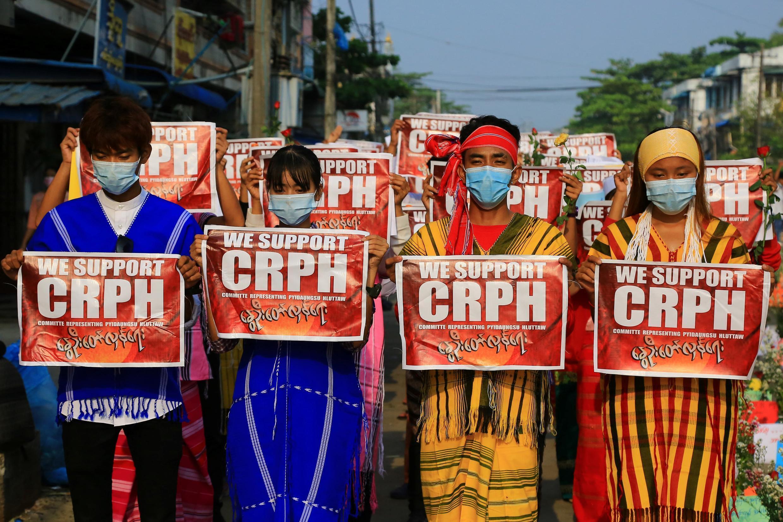 Des manifestants contre le coup d'État, issues de différents groupes ethniques, portent des tenues traditionnelles à Rangoun, en mars 2021.