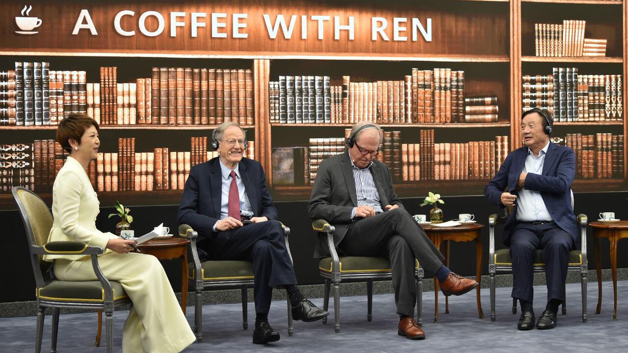 El fundador y presidente de Huawei, Ren Zhengfei (derecha), participó hoy de una mesa redonda sobre tecnología, mercados y empresas en Shenzhen, el 17 de junio de 2019.