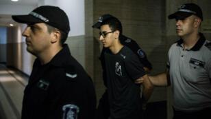 Mourad Hamyd est escorté par la police bulgare, le 10 août 2016, avant une audience au tribunal de Sofia.