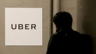 Hombre entrando a las oficinas de Uber en Nueva York.