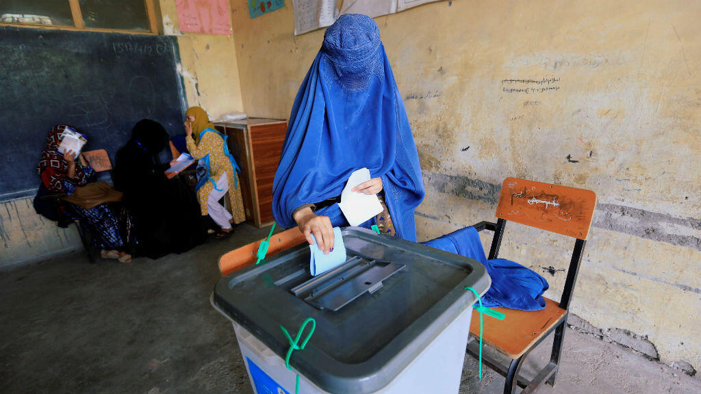 Una mujer afgana emite su voto en las elecciones presidenciales en Jalalabad, Afganistán, el 28 de septiembre de 2019.