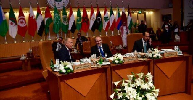 الأمين العام للجامعة العربية أحمد أبو الغيط (يسار) ووزير الخارجية الأردني أيمن الصفدي خلال الاجتماعات التحضيرية للقمة العربية في الرياض، في 12 نيسان/أبريل 2018