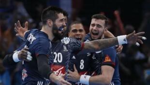 لاعبون من المنتخب الفرنسي لكرة اليد إثر فوزه ببطولة العالم بباريس 29/01/2017