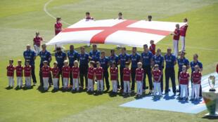 Des joueurs de cricket entonnent l'hymne national britannique lors d'une compétition en Nouvelle Zélande, en septembre 2015.