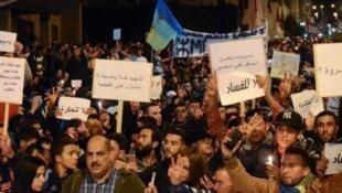 متظاهرون في شوارع الحسيمة (شمال المغرب) في 28 أيار/مايو 2017
