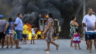 Photo publiée par O Povo montrant un camion en flammes au cours d'une vague de violence dans l'État de Ceara, le 3 janvier 2019.