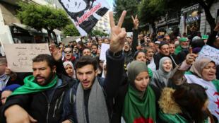 المتظاهرون الجزائريون يهتفون ضد الانتخابات الرئاسية المقرر إجراؤها في ديسمبر/ كانون الأول في الجزائر العاصمة، الجزائر، 19 نوفمبر/ تشرين الثاني 2019.