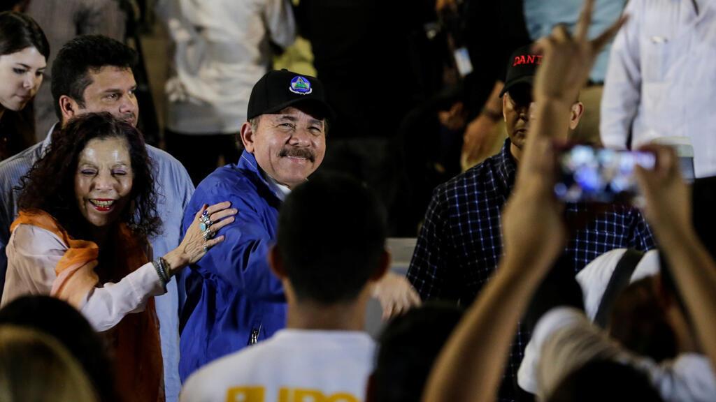 El presidente Daniel Ortega, y la vicepresidenta, Rosario Murillo, saludan a sus partidarios durante la ceremonia de apertura de un paso elevado en la carretera en Managua, Nicaragua, el 29 de noviembre de 2018.