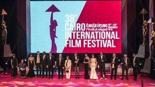 الفنانون الفائزون بجوائز مهرجان القاهرة السينمائي بصحبة وزير الثقافة المصري في حفل اختتام المهرجان 24 تشرين الثاني/نوفمبر 2016