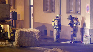 Des secours allemands, vendredi 29 janvier 2016, devant l'immeuble abritant, à Villingen-Schwenningen, le foyer de réfugiés visé par une grenade.