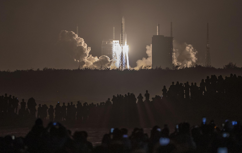 Décollage de la fusée Longue-Marche 5, transportant le module lunaire Chang'e-5, du centre spatial de Wenchang, dans le sud de la Chine, le 24 novembre 2020