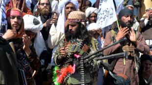 عناصر من طالبان وقريون افغان يحتفلون بالاتفاق مع الولايات المتحدة في آذار/مارس 2020