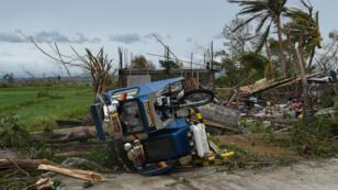 آثار الدمار الذي تسبب به الإعصار مانكوت