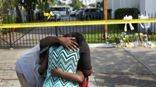 Des personnes se recueillent devant l'église Emanuel de Charleston, le 19 juin 2015.