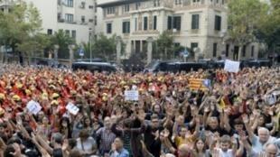 متظاهرون يهتفون لاستقلال كاتالونيا في برشلونة في 3 تشرين الأول/أكتوبر 2017