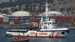 """سفينة """"أوبن أرمز"""" التابعة لمنظمة """"برو أكتيفا"""" الإسبانية غير الحكومية، تصل إلى ميناء برشلونة في 4 تموز/يوليو 2018."""