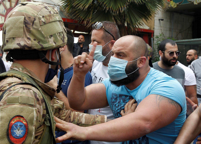 en medioen medio deuna nueva ola de airadas protestas callejerasque han tenido los bancos como epicentro del malestar de la población.