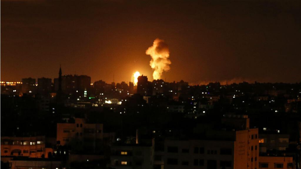 Esta foto tomada el 27 de octubre muestra explosiones durante ataques aéreos por parte de Israel en Gaza.