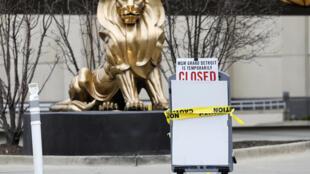 Un letrero indica el cierre temporal de un casino de MGM Resorts debido al covid-19, el 30 de marzo de 2020 en Detroit