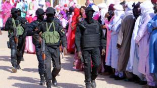 قوات الأمن النيجرية تتجول وسط أنصار محمد بازوم المرشح الرئاسي في مطار أغاديز في 15 كانون الأول/ديسمبر 2020