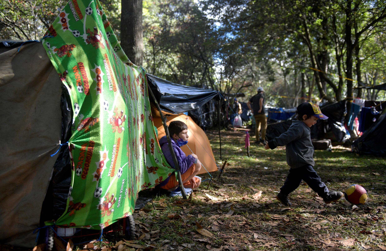 Un niño juega a la pelota en un campamento improvisado por venezolanos, en el norte de Bogotá, el 4 de junio de 2020.
