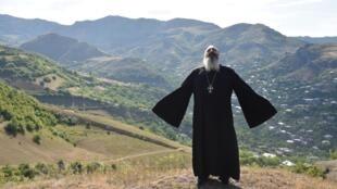 قس يصلي من أجل السلام في قرية موفسيس عند الحدود بين أرمينيا وأذربيجان بتاريخ 15 تموز/يوليو 2020