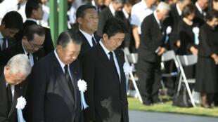 El primer ministro de Japón, Shinzo Abe y otros funcionarios guardan un minuto de silencio por las víctimas del bombardeo atómico de 1945, en el Peace Memorial Park de Hiroshima, al oeste de Japón, el 6 de agosto de 2018, en el aniversario 73 del bombardeo a la ciudad.
