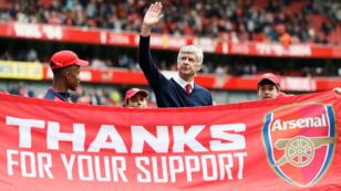 El entrenador de Arsenal, Arsene Wenger, da una vuelta de honor al final de un partido ante Aston Villa, el 15 de mayo de 2016.