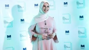 L'auteure omanaise Jokha Alharthi pose après avoir reçu le prix littéraire Man Booker International, à Londres, le 21 mai 2019